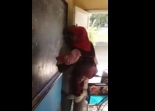 """حمل تلميذته من الكرسي المتحرك إلى السبورة.. """"ممدوح"""" معلم بدرجة أب"""