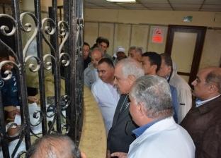 في زيارة مفاجئة.. محافظ الجيزة يزور مستشفى أوسيم ويكافئ المدير