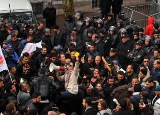 تونس.. أساتذة جامعات يحتجون أمام البرلمان للمطالبة بزيادة الأجور
