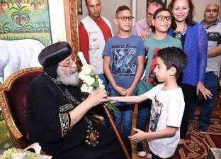 طفل يهدي البابا تواضروس باقة ورد في عيد القيامة