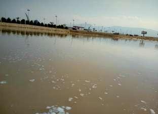 تفريق مياه السيول بالعين السخنة لمنع تدفقها على الطرق