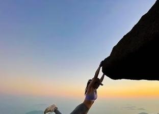 «سقطت من أعلى جبل».. صورة سيلفي تنهي حياة بلوجر «صور»