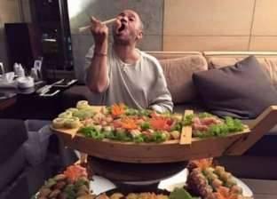 """بالصور  جورج وسوف يستفز """"جوعى السوريين"""" بتناول وليمة """"سوشي"""" في منزله"""