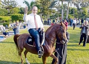 """عمدة """"بافوس"""" القبرصية ركب الحصان وتناول الحلوى على """"كورنيش إسكندرية"""""""
