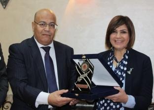 """عميد """"آداب عين شمس"""" تكرم الأمين العام المساعد للبرلمان العربي"""