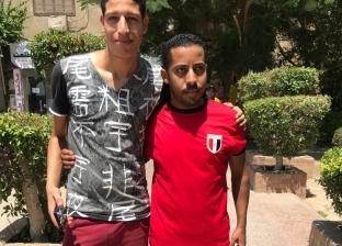 """بـ""""تيشيرت"""" مصر.. محمد ووليد يشجعان محاربو الصحراء: يارب الجزائر تكسب"""