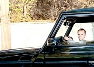 فيديو.. طفل يقود سيارة بسرعة جنونية.. والشرطة تحقق مع الوالدين