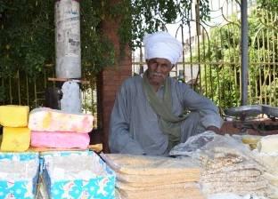 «عبد المنعم» بائع الحلوى: «عمرى ما شفت أمر من اليومين دول»