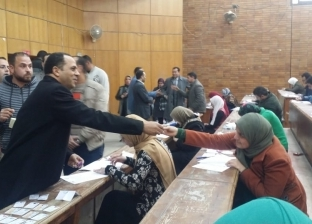 """صالح يتفقد امتحانات """"بيطري دمنهور"""" ويوزع الشوكولاتة على الطلاب"""