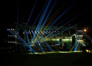 بالصور| التجهيزات النهائية لحفل عمرو دياب بجامعة مصر الدولية