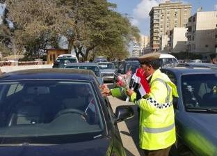 الأمن يوزع وردا على مواطني بنها احتفالا بـ25 يناير.. وضابط: الثورة وصلت جهاز الشرطة