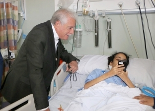 زار الطفلة ضحى.. محافظ جنوب سيناء يتفقد أحوال المرضى بمستشفى شرم الشيخ