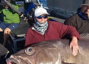 بالفيديو| سيدة بريطانية تصطاد سمكة أكبر من حجمها