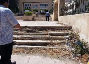 """30 سلّمة تكدّر حياة المسنين في مستشفى بالإسكندرية: """"الحديد هيموتنا"""""""