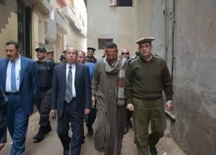 بالصور| محافظ دمياط يقدم العزاء لأسرة شهيد الأحداث الإرهابية في سيناء
