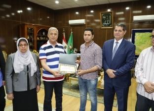 محافظ المنوفية يقدم مساعدات مالية لأسر ضحايا حادث حريق قطار محطة مصر