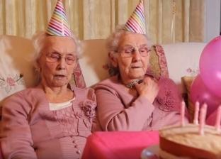 توأمتان يحتفلا بعيد ميلادهما الـ102 في بريطانيا: السمك يظهرك أصغر سنا
