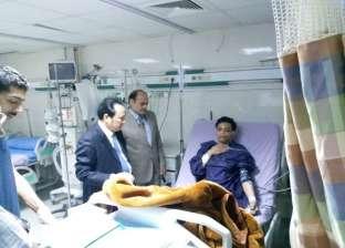 بالصور| جراح عالمي يجري جراحات معقدة بمستشفى جامعة القناة التخصصي