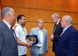 محافظ القليوبية يكرم لاعب منتخب مصر في رفع الاثقال