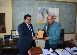 """""""تعليم جنوب سيناء"""" يكرم السكرتير العام المساعد في المحافظة"""