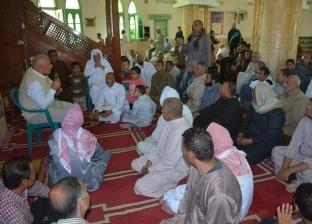 محافظ الوادي الجديد يلتقي المواطنين بحي الأمل عقب صلاة الجمعة