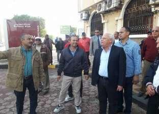 محافظ بورسعيد يطالب العاملين بحي الزهور بالارتقاء بمستوى خدمة المواطن