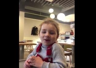 بالفيديو| طفلة في الثالثة من عمرها تشجع الفرعون المصري: هالو صلاح
