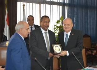 """رئيس """"الزقازيق"""" يهدي الدكتور محمد عبده درع الجامعة"""