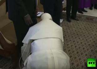 """""""مُعلم السلام"""".. بابا الفاتيكان يجتاح السوشيال ميديا بتقبيل أقدام قادة جنوب السودان"""