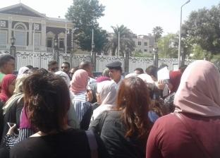 """وقفة احتجاجية لأولياء أمور طلاب المدارس الخاصة واللغات أمام """"التعليم"""""""
