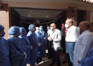 وكيل صحة الشرقية يوزع الكعك على العاملين بمستشفيات العزل بالمحافظة