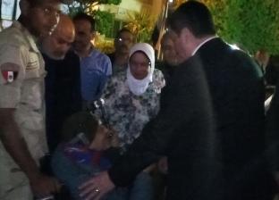 محافظ القليوبية يوزع الورود على قوات تأمين اللجان
