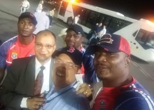 مطار القاهرة يستقبل منتخب الكونغو الديمقراطية بالورود