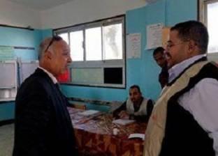 بالصور| رئيس مدينة رأس سدر يصافح الناخبين ويشكرهم على مشاركتهم في الانتخابات