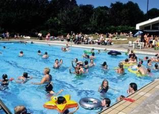 """بعد شكاوى """"السيلفي"""".. بلدية بلجيكية تدرس منع الرجال المهاجرين من ارتياد حمامات السباحة"""