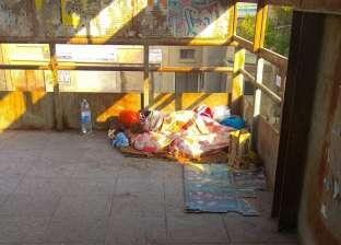 """أم وطفلتها """"قمر"""" 5 سنوات تعيشان على كوبري بالمرج: الإيجار غالي"""