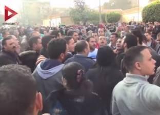متظاهرون ينشدون ترانيم أمام الكنيسة البطرسية