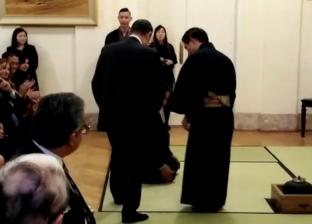 وزير الكهرباء يخلع حذائه