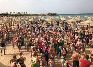 بالصور| مهرجان ألوان يمزج بين فرحة المصريين والأجانب على شواطئ الغردقة