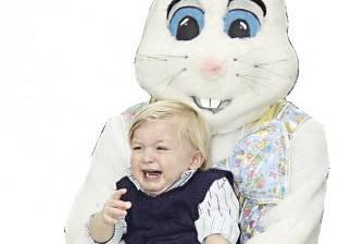 أرنب ضخم يثير فزع الأطفال فى احتفال العالم بـ«عيد الفصح»