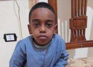 "مرض وراثي نادر يشل حركة ""عبدالله"".. أبوه وأمه اطلقوا ورموه لجدته"