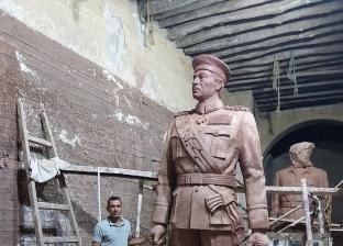بارتفاع 3 أمتار ونصف.. «مينا» ينحت تمثالا للسادات من الطين الأسواني