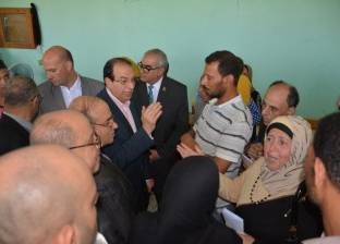 محافظ الدقهلية يزور 4 أسر انهار منزلهم في حريق بقرية عرب زيدان