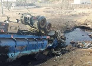 مصرع سائق شاحنة ومساعده عقب انقلابها بالقرب من محطة كهرباء خزان أسوان