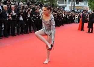 كريستين ستيوارت تخلع حذائها في مهرجان كان