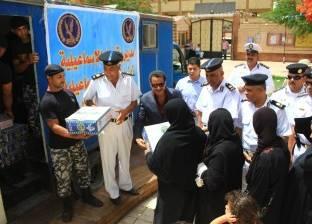 مدير أمن الإسماعيلية يوزع كراتين رمضان على المستحقين بدائرة حي ثاني