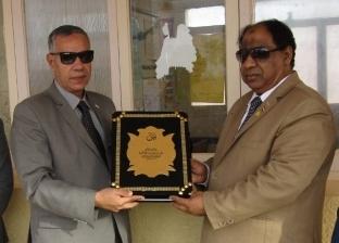 بالصور| رئيس مدينة أبو رديس يكرم المتفوقين في مدرسة بجنوب سيناء