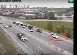 بالفيديو| سائق أمريكي يقود سيارته للخلف على الطريق السريع