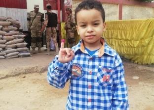 صور| طفل في لجنة بشبرا الخيمة: أنا وماما قلنا نعم علشان مصر