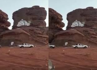 بالفيديو| سعودي يرسم صورة الملك سلمان على أحد جبال تبوك